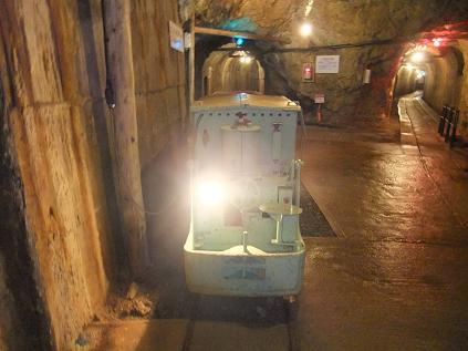 坑道内の機関車