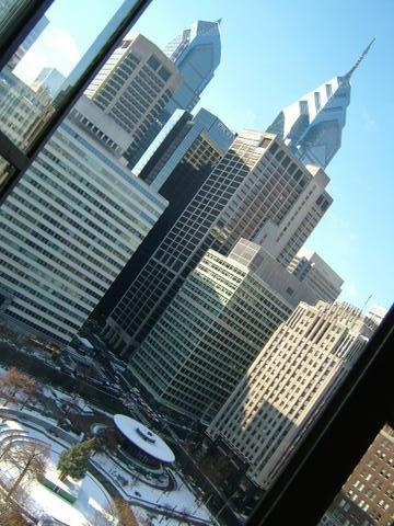 家の窓から撮影したラブパークと高層ビル