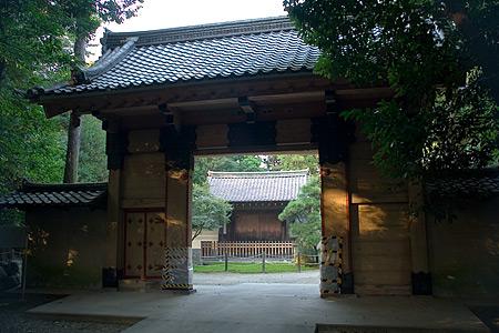 妙興寺の総門越しの勅使門