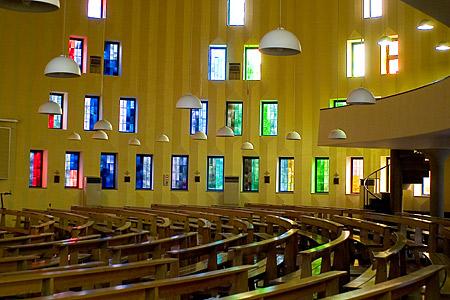教会内のステンドグラスと光