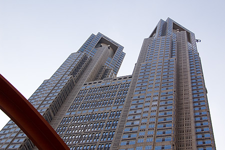 東京都庁外観見上げる
