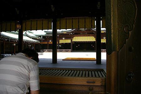 明治神宮拝殿から本殿を見る