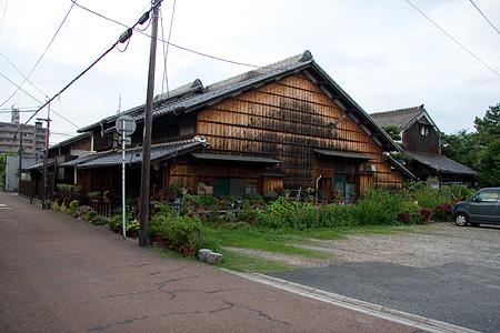 大きな古い家屋