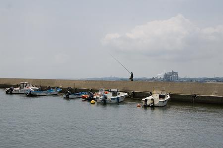 堤防と釣り人