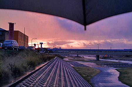 傘を差して見る夕焼け