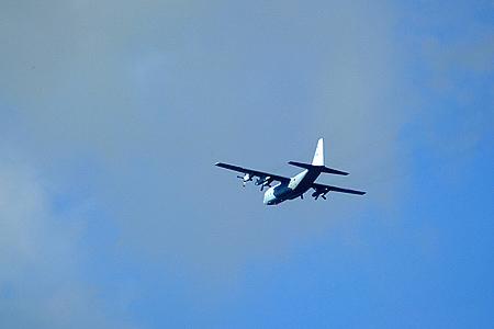 水色の空に水色の飛行機