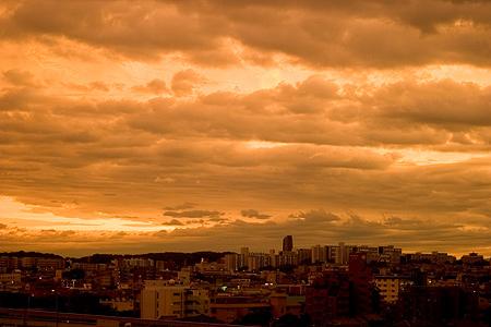 台風前の夕焼け空は不思議な色