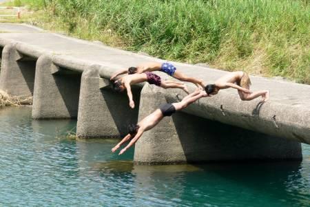 一斗俵沈下橋 - 飛び込み